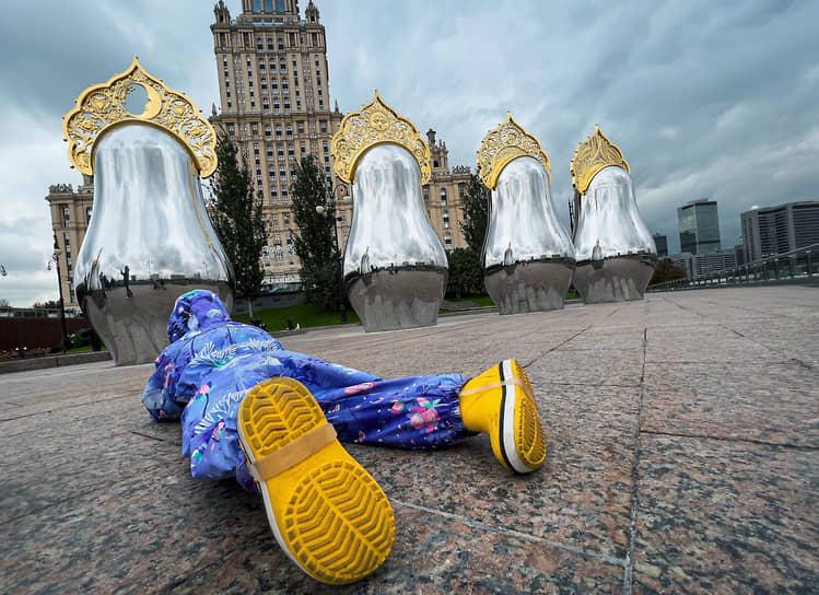 Москва, Россия. Фигуры матрешек в кокошниках у гостиницы Radisson