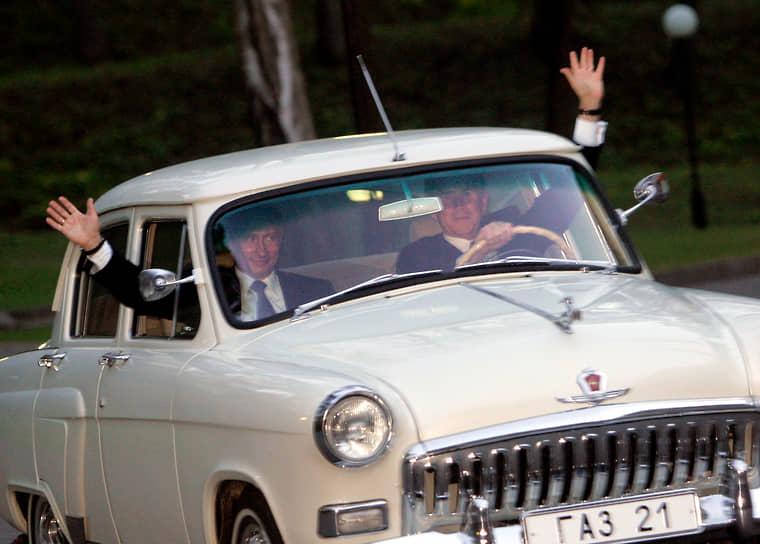 Владельцем двух ГАЗ-21 является Владимир Путин. В 2005-ом году глава государства дал прокатиться за рулем машины президенту США Джорджу Бушу (на фото справа)