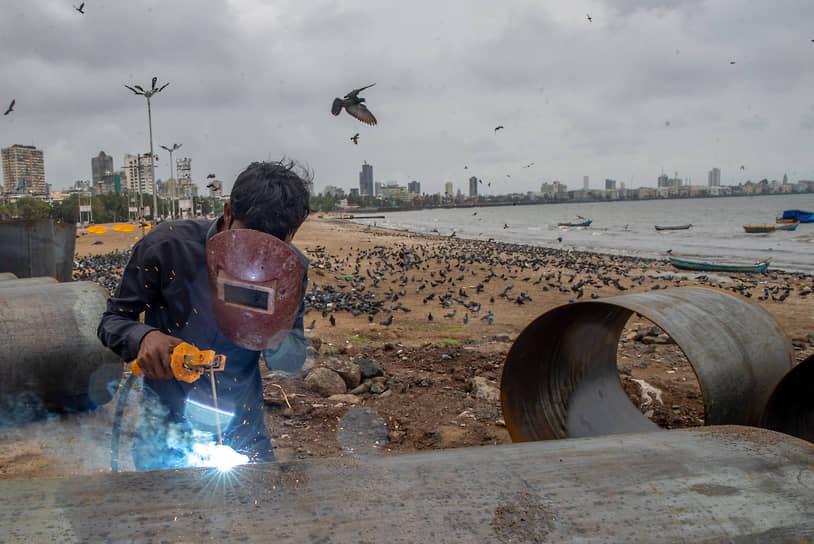 Мумбаи, Индия. Рабочий на строительной площадке