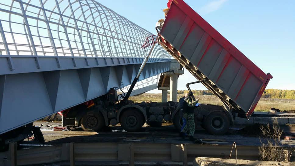 Мост, упавший на грузовик в Пермском крае