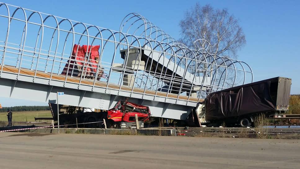 Мост, упавший на две машины в Пермском крае