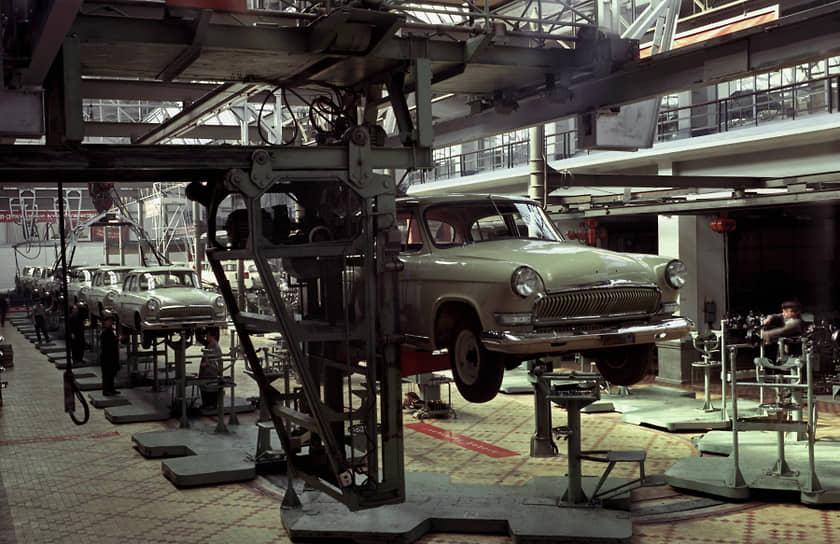 """Хромированные решетки с вертикальными прорезями (""""китовый ус"""") и бамперы без """"клыков"""" ставились на ГАЗ-21 третьей серии (1962-1970 гг). На фото — цех по производству автомобилей, 1966 год"""