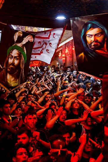 Кербела, Ирак. Мусульмане-шииты во время религиозной церемонии