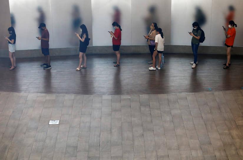 Сингапур. Люди стоят в очереди в кафе