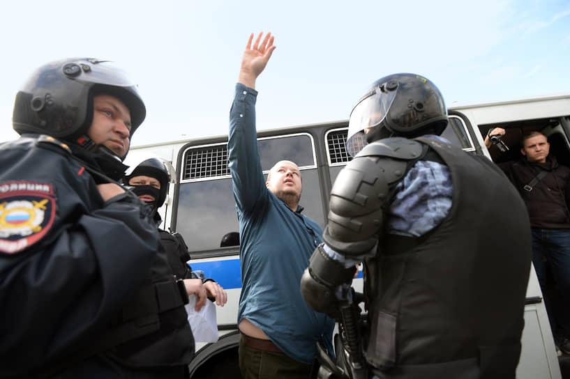 <b>Георгий Албуров, экс-расследователь фонда</b> <br>17 февраля 2020 года Симоновский суд Москвы по иску Московского метрополитена взыскал с него и Любови Соболь 311 тыс. руб. за ущерб, причиненный предприятию в ходе несогласованной акции 3 августа. 22 января 2021 года был арестован на 10 суток за призывы к участию в несанкционированных акциях 23 января. По данным СМИ, в мае 2021 года переехал в Грузию