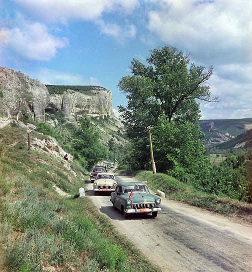 """Первые опытные образцы ГАЗ-21 были изготовлены еще в 1954 году. Машины проходили испытания в самых суровых условиях. На фото — первые """"Волги"""" на горной дороге в Крыму, 1955 год"""