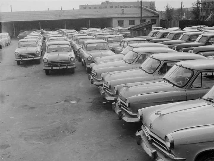 ГАЗ-21 первой серии (1956-1958 гг.) выпускались со звездой на решетке радиатора. По легенде эмблему ставили для того, чтобы машина понравилась партийному руководству и ее разрешили к серийному выпуску. На фото — новые автомобили перед отправкой покупателям на стоянке завода ГАЗ, 1957 год