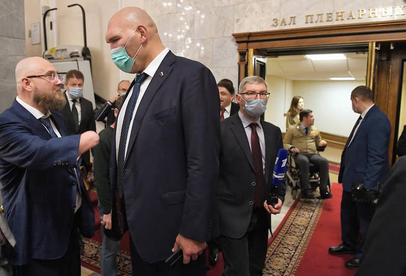 Депутаты от фракции «Единая Россия» Сергей Бурлаков (слева) и Николай Валуев (в центре)