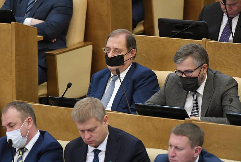 Депутат от фракции ЛДПР Борис Пайкин (верхний ряд слева)