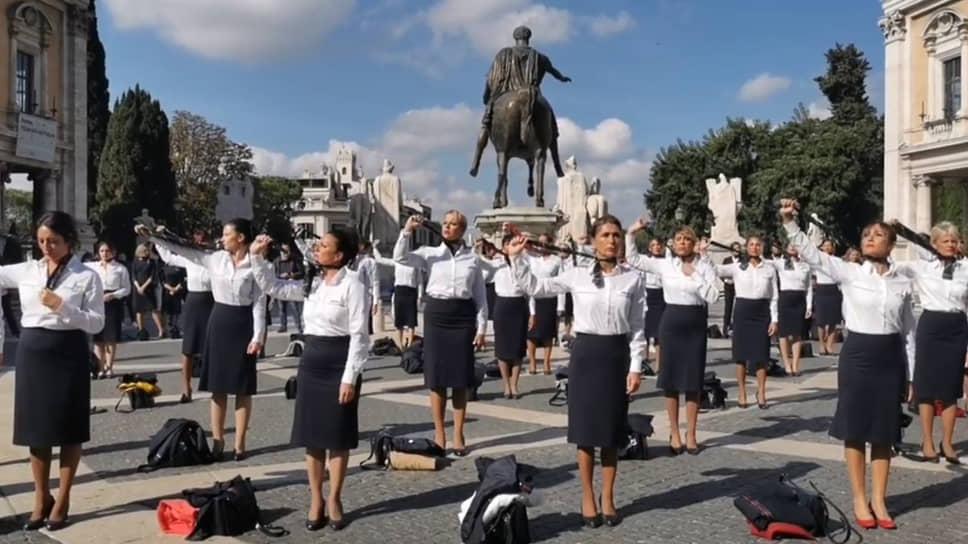 Стюардессы Alitalia сняли униформу в знак поддержки уволенных коллег