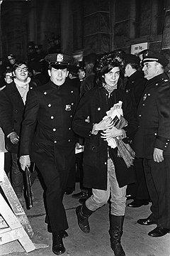 Арест за участие в антивоенном митинге у призывного центра на Уайтхолл-стрит, Нью-Йорк, 1967 год