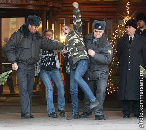 """24.12.2007 В Москве активисты """"Национал-большевисткой партиии"""" провели акцию протеста под лозунгом """"Лжедепутаты, сдайте мандаты!"""""""