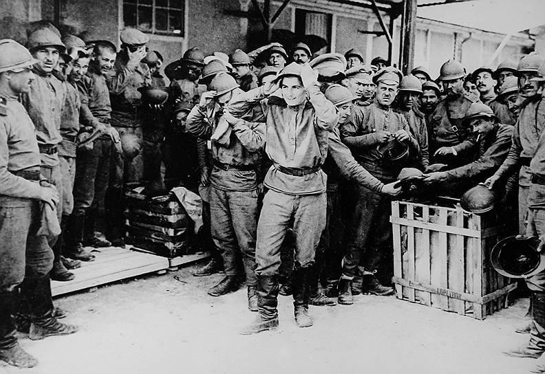 Русские солдаты примеряют французские каски в лагере Майльи под Шалоном во Франции
