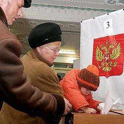 На избирательном участке в Петропавловске-Камчатском. Фото: ITAR-TASS. Загружается с сайта Ъ