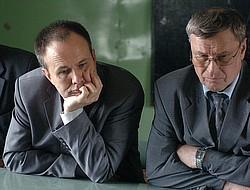 Олег Чиркунов (слева) рассчитывает уговорить Геннадия Савельева, собравшегося на пенсию, поработать еще немного. Фото: Евгений Запискин / Коммерсантъ. Загружается с сайта Ъ