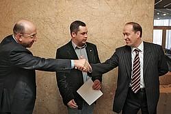 Владимир Плигин (слева) и Александр Вешняков охотно описали журналистам тяжкие последствия их работы на выборах. Фото: Дмитрий Лекай / Коммерсантъ. Загружается с сайта Ъ