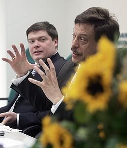 Александр Рявкин (слева) и Михаил Барщевский уверены, что смогут стать «ядром нового общественного движения в поддержку демократии». Фото: Дмитрий Костюков / Коммерсантъ. Загружается с сайта Ъ