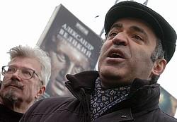 Эдуард Лимонов (слева) и Гарри Каспаров считают Михаила Касьянова «достойнейшим» кандидатом в президенты. Фото: Михаил Разуваев / Коммерсантъ. Загружается с сайта Ъ