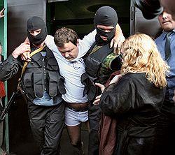 Александра Донского взяли прямо с постели и забыли одеть. Загружается с сайта Ъ