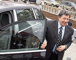 Первый вице-премьер Сергей Иванов получил шанс потренироваться в восхождении на последнюю ступень карьеры чиновника правительства России. Загружается с сайта Ъ