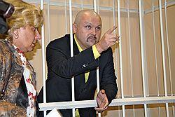 Несмотря на то что Александра Донского приговорили к условному сроку, он остался за решеткой. Загружается с сайта Ъ