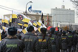 Прокремлевской молодежи для выступления выделили место у Кремля, зато у националистов (на фото) оказалось больше зрителей из числа сотрудников милиции. Загружается с сайта Ъ