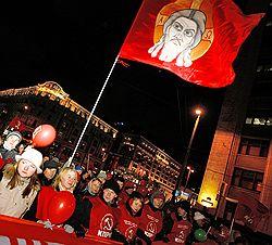 КПРФ рассчитывает, что им поможет победить Карл Маркс и высшие силы. Загружается с сайта Ъ