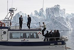 Главы МИД Дании и России Пер Стиг Меллер (слева) и Сергей Лавров осмотрели тающие льды Гренландии и решили, что в глобальном потеплении есть свои плюсы. Загружается с сайта Ъ