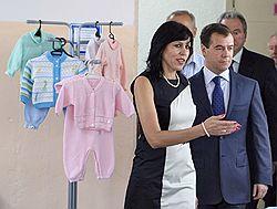 О подписании антикоррупционного плана Дмитрий Медведев объявил в ходе знакомства с жизнью малого бизнеса в городе Гагарине Смоленской области. Загружается с сайта Ъ