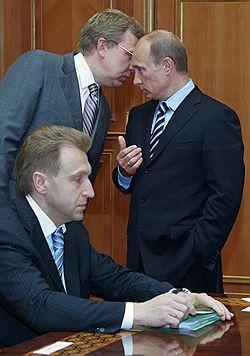Премьер Владимир Путин, его первый зам Игорь Шувалов и просто вице-премьер Алексей Кудрин вынуждены засиживаться допоздна, чтобы найти способ обеспечить достойные пенсии не только самим себе, но и избирателям. Загружается с сайта Ъ