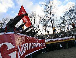 В отличие от «Русского марша» 2007 года (на снимке) на сей раз на акцию националисты намерены выйти без партийной символики. Загружается с сайта Ъ