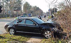 Столкновение Mercedes Кирсана Илюмжинова с Ford Focus было столь сильным, что машину президента Калмыкии выбросило на газон. Загружается с сайта Ъ