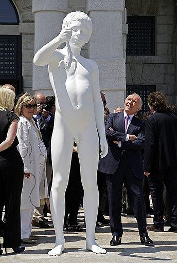 """Франсуа Пино (справа) смотрит на скульптуру Чарльза Рея """"Мальчик с лягушкой"""", как мальчик смотрит на лягушку"""