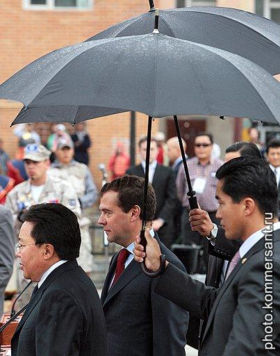 Президент Монголии Цахиагийн Элбэгдорж (слева) и президент России Дмитрий Медведев (в центре) во время мероприятий, приуроченных к 70-летию совместной советско-монгольской победы на реке Халхин-Гол