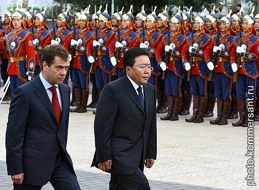 Президент России Дмитрий Медведев (слева) и президент Монголии Цахиагийн Элбэгдорж (справа) во время церемонии возложение венка к памятнику маршалу Георгию Жукову. Церемония прошла в рамках мероприятий, приуроченных к 70-летию совместной советско-монгольской победы на реке Халхин-Гол