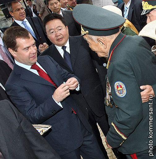 Дмитрий Медведев (слева) и Цахиагийн Элбэгдорж (в центре) награждают юбилейными медалями советских и монгольских ветеранов, воевавших 70-лет назад у Халхин-Гола