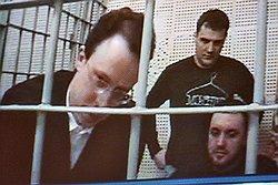 После выступления Алексея Френкеля (на экране слева) Верховный суд решил вернуть дело об убийстве Андрея Козлова в суд первой инстанции для устранения нарушений. Фото: Андрей Стенин/Коммерсантъ. Загружается с сайта Ъ