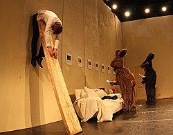 Таллинские актеры раскрыли свои уши // Как объяснить картины мертвому зайцу на Балтийском доме в Санкт-Петербурге
