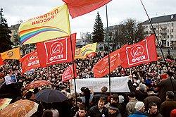 У демонстрантов были флаги всех цветов радуги, но главными на митингах все равно были коммунисты. Фото: Борис Регистер/Коммерсантъ. Загружается с сайта Ъ