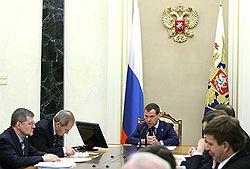 Дмитрий Медведев велел подчиненным реагировать на жалобы граждан на коррупцию. Фото: РИА НОВОСТИ/POOL. Загружается с сайта Ъ