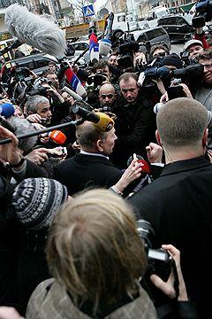 Бывший Президент Украины Леонид Кучма (в центре) дает интервью журналистам у здания Главного следственного управления Генеральной прокуратуры Украины