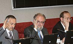 Председатель Центральной избирательной комиссии (ЦИК) России Владимир Чуров (в центре) и его заместители Станислав Вавилов (слева) и Николай Конкин (справа)