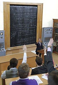 В МЭИ Дмитрий Медведев еще раз разрекламировал профессию инженера, а заодно попытался выяснить, чего не хватает будущим специалистам