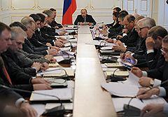 Председатель правительства России Владимир Путин (в центре) во время заседания правительственной Комиссии по высоким технологиям и инновациям. Заседание прошло в Ново-Огарево