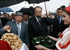 Юрий Лужков (слева) и Муртаза Рахимов (в центре)