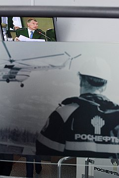 Игорь Сечин (на экране)