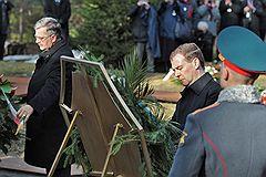 Президент Польши Бронислав Коморовский (слева) и президент России Дмитрий Медведев (в центре)