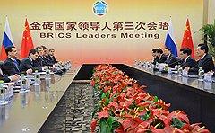 Президент России Дмитрий Медведев (в центре) и председатель Китайской народной республики (КНР) Ху Цзиньтао (справа)
