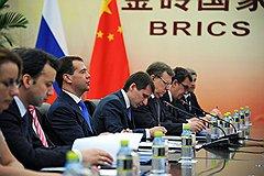 Президент России Дмитрий Медведев (в центре) и председатель Китайской народной республики (КНР) Ху Цзиньтао