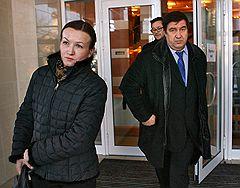 Адвокат Татьяна Лучкина (слева) и бывший начальник Департамента федеральной службы по контролю за оборотом наркотиков (ФСКН) генерал-лейтенант Александр Бульбов (справа) после вынесения ему приговора в Мосгорсуде